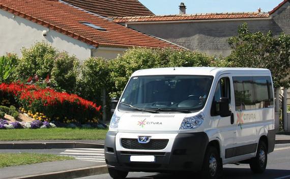 edito photo minibus full people transport