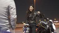 オートバイを颯爽と操る華さん