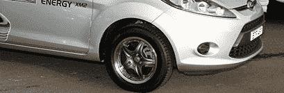 Automóvil Editorial piso mojado Neumáticos