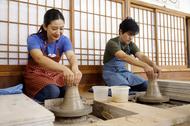 陶芸体験を行う原田さんと多聞さん